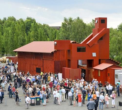 Tòa nhà có thiết kế nhạy cảm thu hút du khách