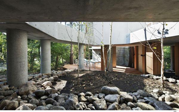 Không gian xanh ôm trọn thiết kế nhà đẹp. Ảnh 02