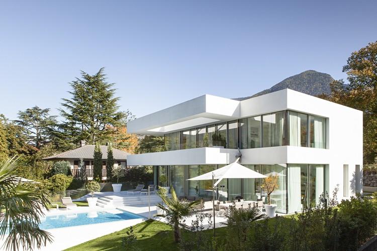 Thiết kế kiến trúc biệt thự thanh lịch với màu trắng chủ đạo - Hình ảnh kiến trúc 01