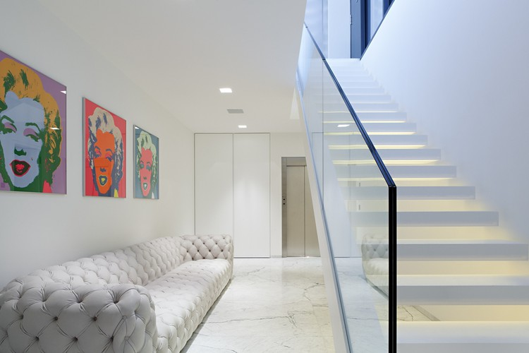 Thiết kế kiến trúc biệt thự thanh lịch với màu trắng chủ đạo - Hình ảnh nội thất 01