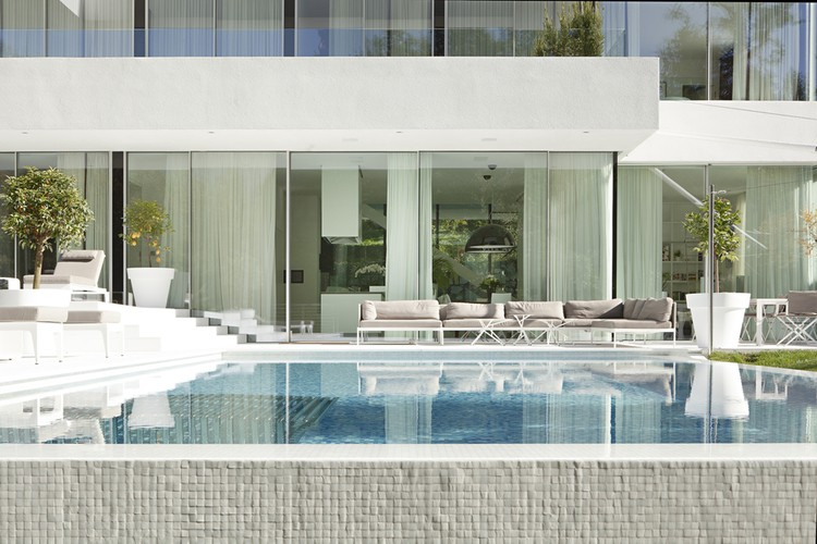 Thiết kế kiến trúc biệt thự thanh lịch với màu trắng chủ đạo - Hình ảnh kiến trúc 05
