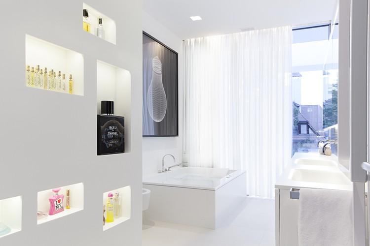 Thiết kế kiến trúc biệt thự thanh lịch với màu trắng chủ đạo - Hình ảnh nội thất 03
