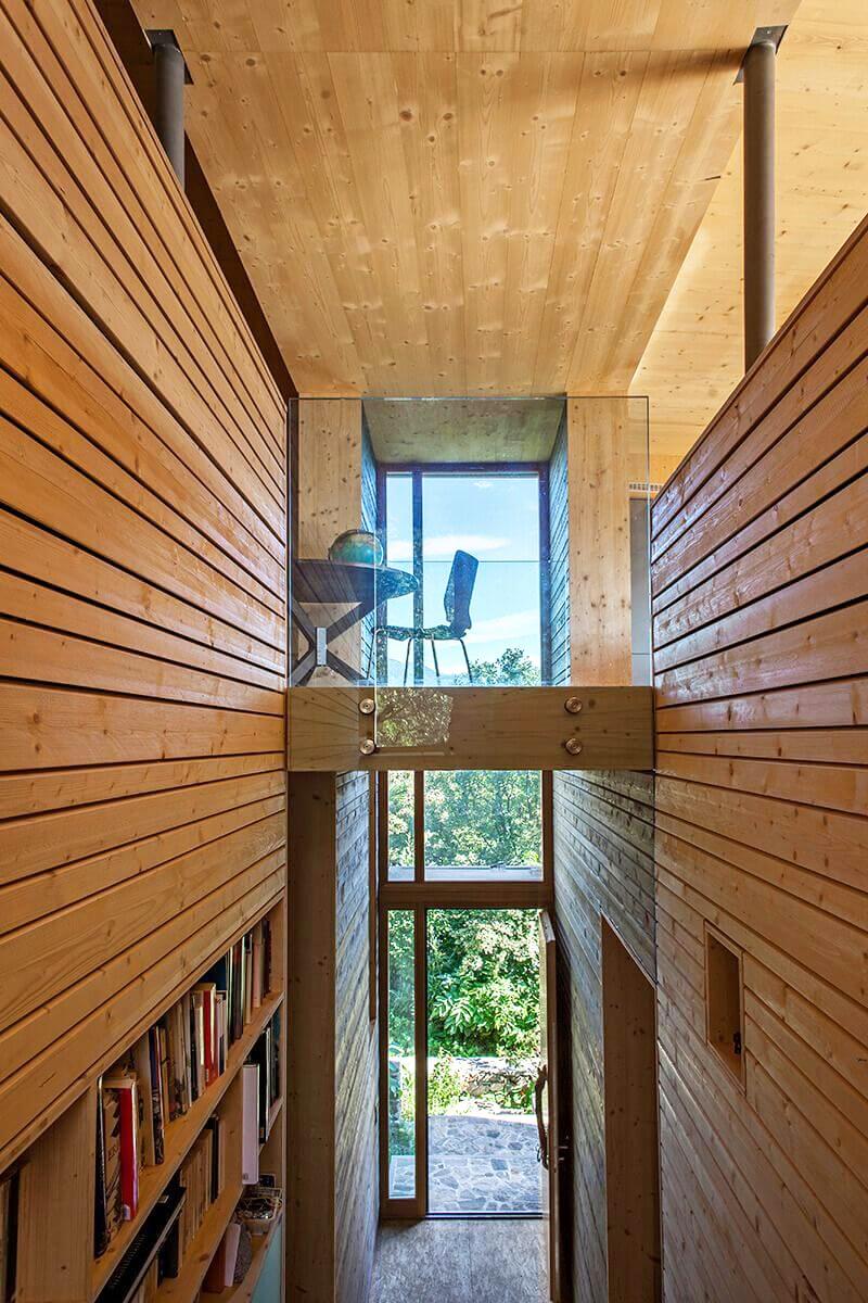 Kiến trúc nhà đẹp hiện đại 2 tầng có góc nhìn đẹp ra hồ - Ảnh 02
