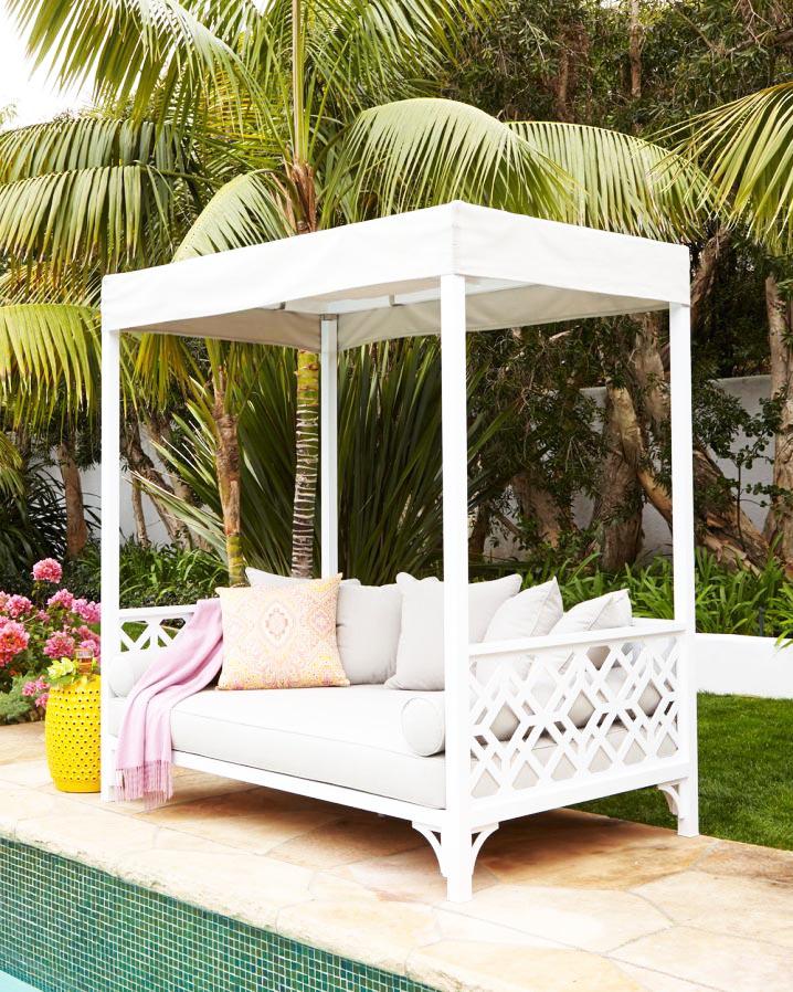 Trang trí góc thư giãn sân vườn với ghế sofa.2