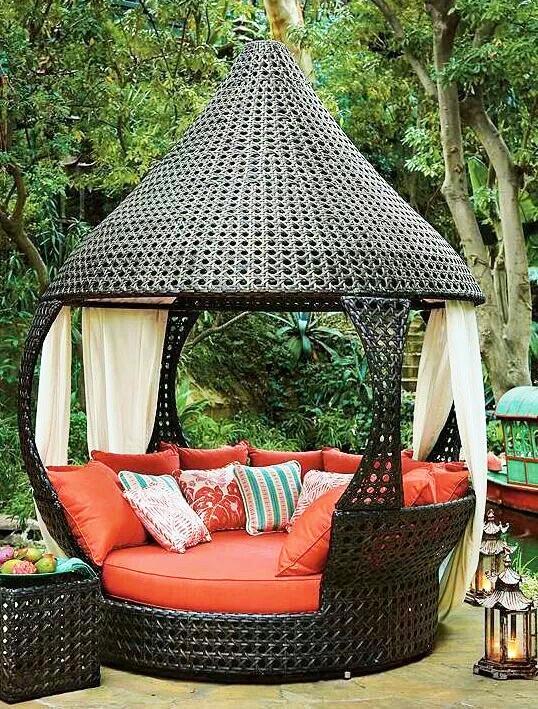 Trang trí góc thư giãn sân vườn với ghế sofa.4
