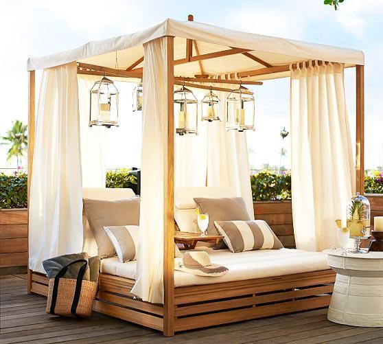 Trang trí góc thư giãn sân vườn với ghế sofa.6